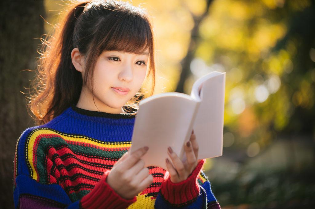 図書・読書・紅葉の秋とマルチカラーな読書女子